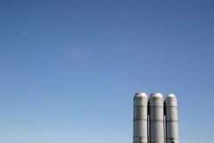 Cielo azul de las pilas industriales Imágenes de archivo libres de regalías