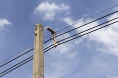 Cielo azul de los posts de la electricidad Imagen de archivo libre de regalías