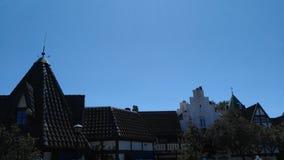 Cielo azul de los tejados viejos de la ciudad fotografía de archivo
