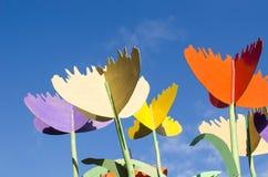 Cielo azul de madera del diseño de la decoración de la madera contrachapada colorida de los tulipanes Fotografía de archivo