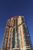 Cielo azul del alto de la subida detalle del edificio fotografía de archivo libre de regalías