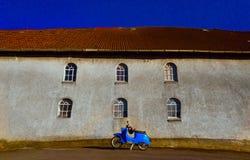 Cielo azul del ciclomotor azul fotografía de archivo