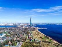 cielo azul del edificio alto del horizonte de la ciudad de las fotos del golfo de Finlandia de una altura Imágenes de archivo libres de regalías