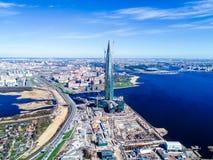 cielo azul del edificio alto del horizonte de la ciudad de las fotos del golfo de Finlandia de una altura Imagenes de archivo