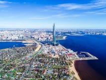 cielo azul del edificio alto del horizonte de la ciudad de las fotos del golfo de Finlandia de una altura Imagen de archivo libre de regalías