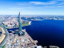 cielo azul del edificio alto del horizonte de la ciudad de las fotos del golfo de Finlandia de una altura Fotografía de archivo