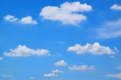Cielo azul del fondo y nube blanca Imagenes de archivo