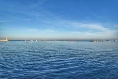 Cielo azul del mar azul con un faro Imagen de archivo libre de regalías