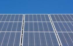 Cielo azul del panel solar Fotos de archivo