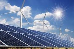 cielo azul del panel solar y de la turbina de viento con el fondo del sol energía limpia del concepto imagen de archivo libre de regalías