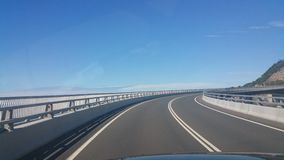 Cielo azul del puente del camino Fotos de archivo