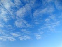 Cielo azul del resorte Imagenes de archivo