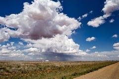 Cielo azul del verano con las nubes blancas fotografía de archivo