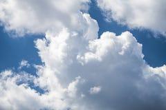 Cielo azul del verano y fondo de las nubes Imagen de archivo