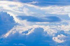 Cielo azul dramático. Imagenes de archivo