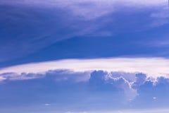 Cielo azul dramático fotografía de archivo libre de regalías