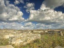 Cielo azul dramático con las nubes blancas sobre las ruinas de la colonia del griego clásico de Histria, en las orillas del Mar N Foto de archivo libre de regalías