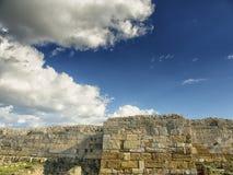 Cielo azul dramático con las nubes blancas sobre las ruinas de la colonia del griego clásico de Histria, en las orillas del Mar N imagenes de archivo