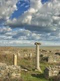 Cielo azul dramático con las nubes blancas sobre las ruinas de una columna del griego clásico en Histria, en las orillas del Mar  imágenes de archivo libres de regalías