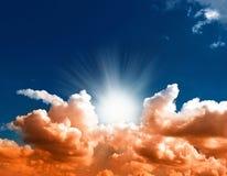 Cielo azul dramático con las nubes solored rojo Fotografía de archivo libre de regalías