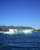 Cielo azul e iceberg Imagen de archivo