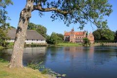 Cielo azul, el árbol y castillo Egeskov en Danmark en el verano imágenes de archivo libres de regalías