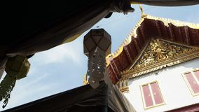 Cielo azul en el verano caliente, Bangkok, Tailandia del tejado del templo almacen de video
