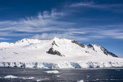 Cielo azul en la Antártida Imagenes de archivo