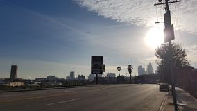 Cielo azul en LA céntrico imagen de archivo