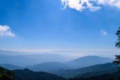 Cielo azul en la montaña Fotografía de archivo libre de regalías