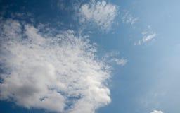 Cielo azul en las nubes blancas Fotografía de archivo libre de regalías
