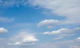 Cielo azul en las nubes blancas Imágenes de archivo libres de regalías