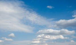 Cielo azul en las nubes blancas Imagenes de archivo