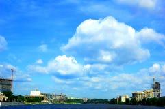Cielo azul en yekaterinburg Fotografía de archivo