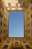 Cielo azul enmarcado por el edificio Imagen de archivo libre de regalías