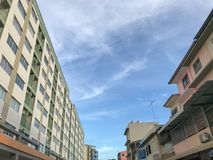 Cielo azul entre dos que construyen Foto de archivo