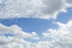 Cielo azul esquilado con las nubes imagen de archivo libre de regalías
