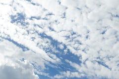 Cielo azul esquilado con las nubes fotografía de archivo libre de regalías