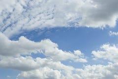 Cielo azul esquilado con las nubes imágenes de archivo libres de regalías