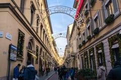 Cielo azul famoso WInt de la calle de Milan Italy Monte Napoleone Shopping foto de archivo
