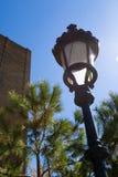 Cielo azul fasioned viejo de los agains de la luz de calle en Barcelona foto de archivo libre de regalías