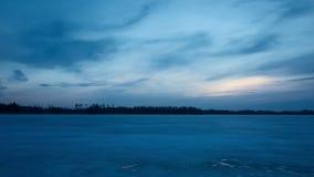 Cielo azul fresco hermoso y lago congelado del hielo en la puesta del sol en Suecia Escandinavia Europa almacen de metraje de vídeo