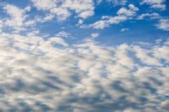 Cielo azul fresco y nubes blancas Foto de archivo libre de regalías