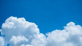Cielo azul hermoso con el fondo de las nubes Fotografía de archivo