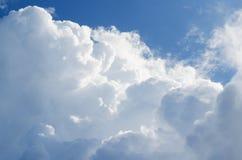 Cielo azul hermoso con el fondo de las nubes Se nubla el cielo azul Cielo con el azul de la nube de la naturaleza del tiempo de l foto de archivo libre de regalías