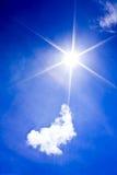 Cielo azul hermoso con la nube y el sol Foto de archivo libre de regalías