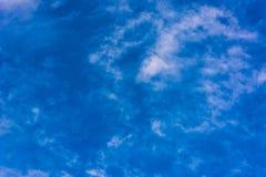 Cielo azul hermoso con las nubes Fotos de archivo