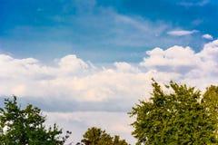 Cielo azul hermoso con las nubes Imagen de archivo libre de regalías