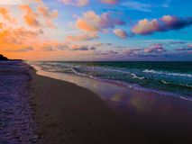 Cielo azul hermoso de la mañana en la playa azul de la montaña Fotos de archivo libres de regalías