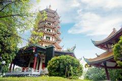 Cielo azul hermoso sobre la pagoda de Avalokitesvara Imágenes de archivo libres de regalías